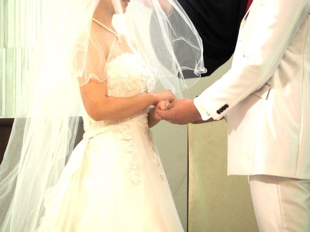 結婚式で向き合うふたり