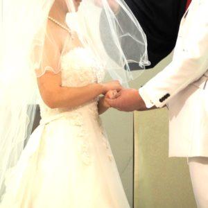 結婚式で手を取り合う新郎新婦