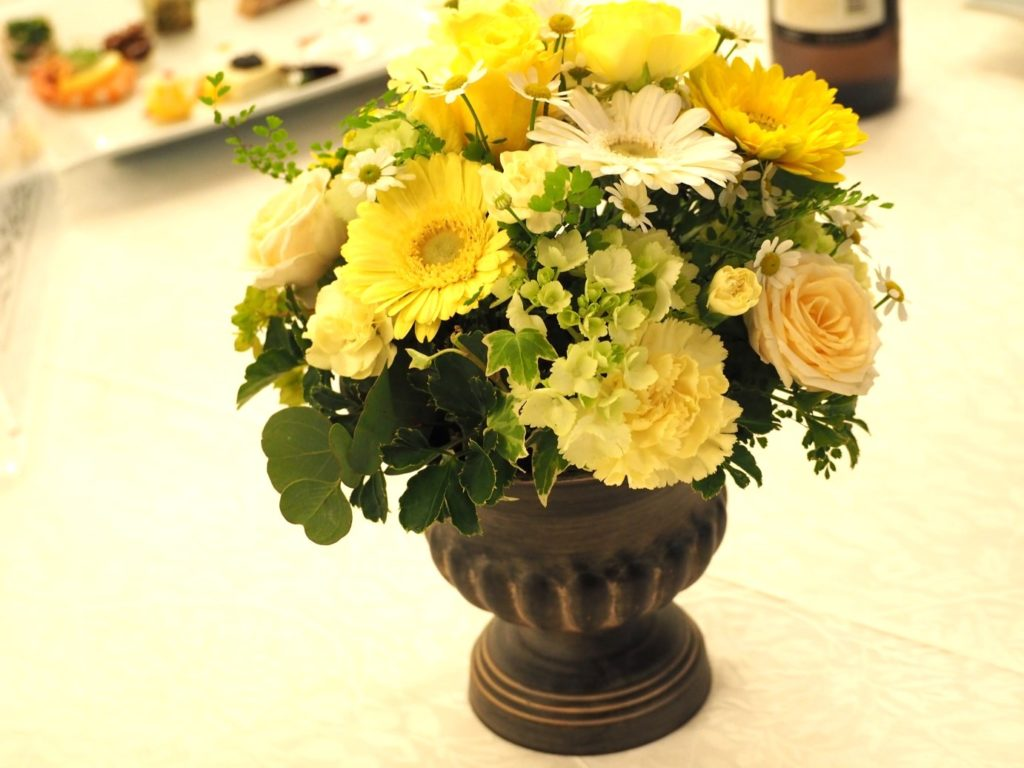 結婚式の黄色い装花