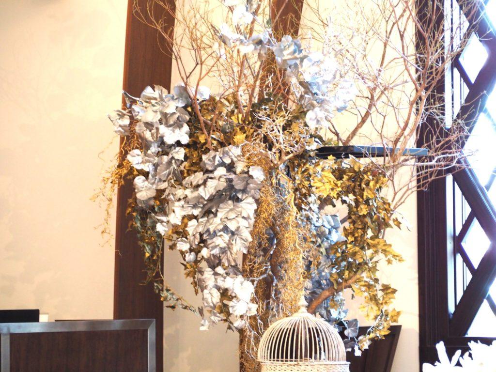 結婚式場のロビーにある花