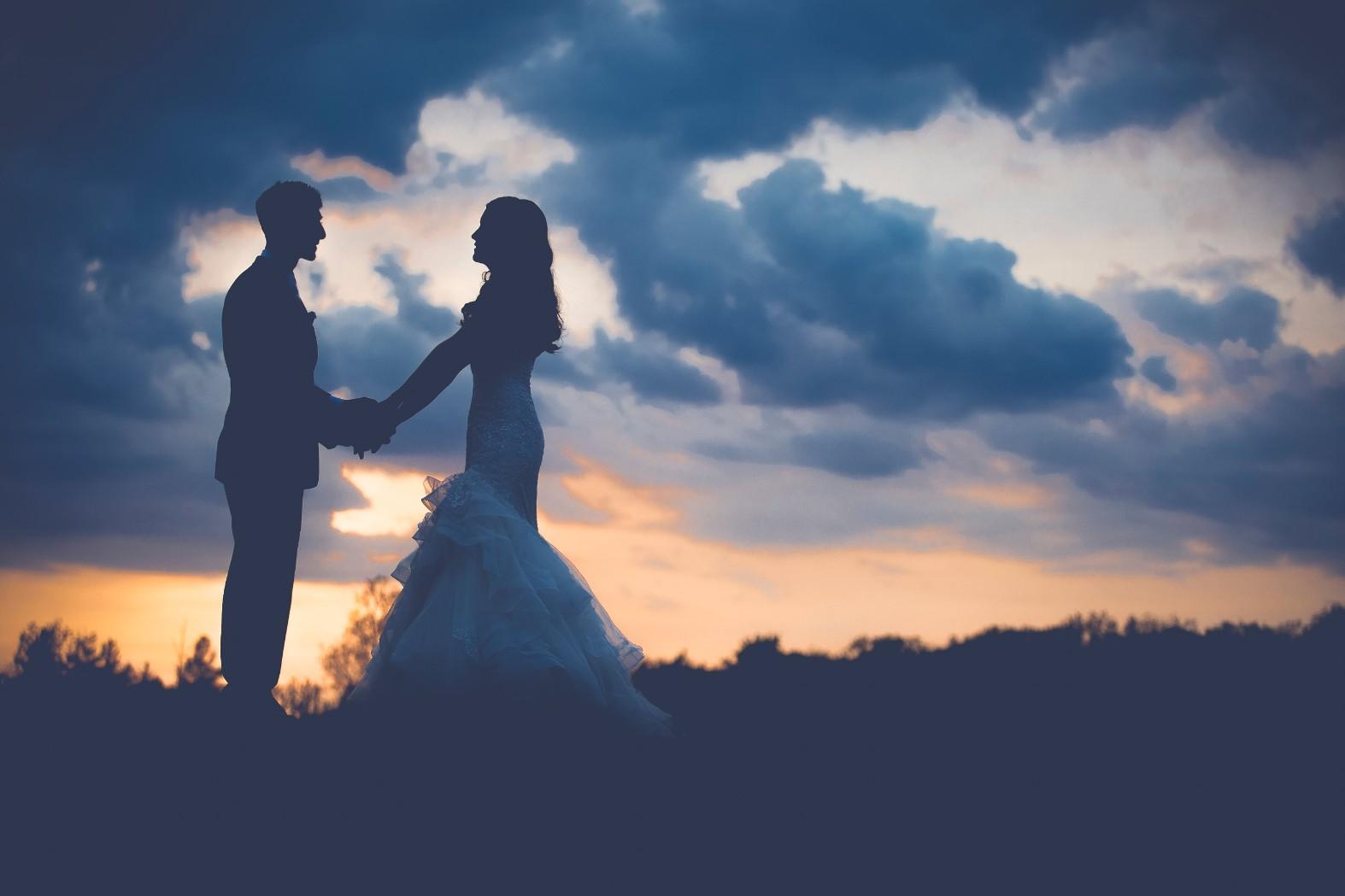 結婚式の新郎新婦と夕焼け