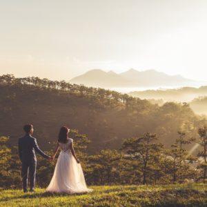 結婚式場のガーデンに佇む新郎新婦