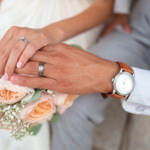 結婚式で手を重ね合う新郎新婦