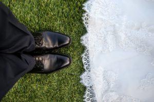 結婚式場のガーデンで向き合う新郎新婦
