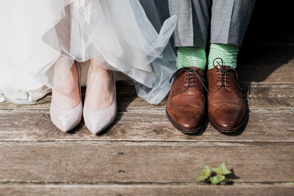 結婚式の新郎新婦の足元