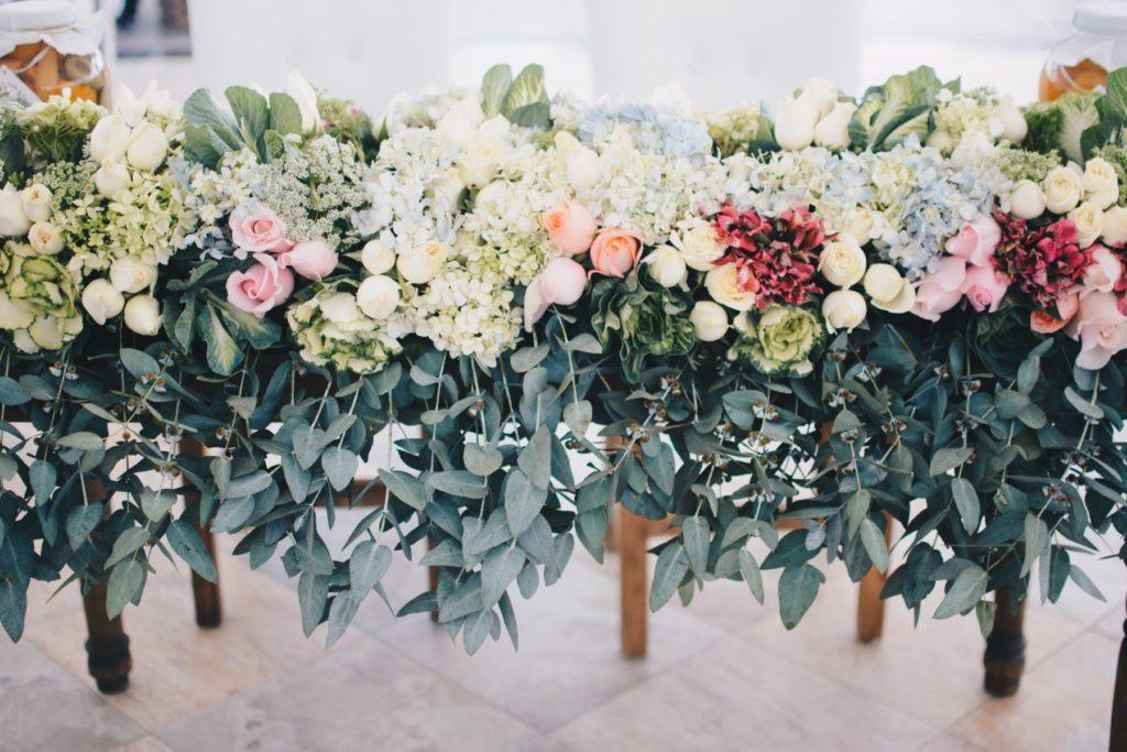 結婚式場のメインテーブルの装花