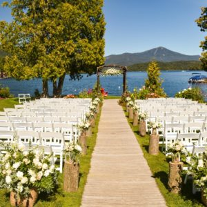 池を望む結婚式場