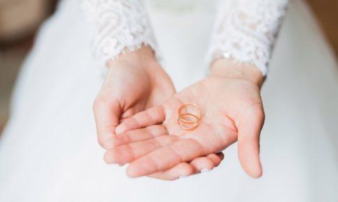 結婚指輪を持つ手